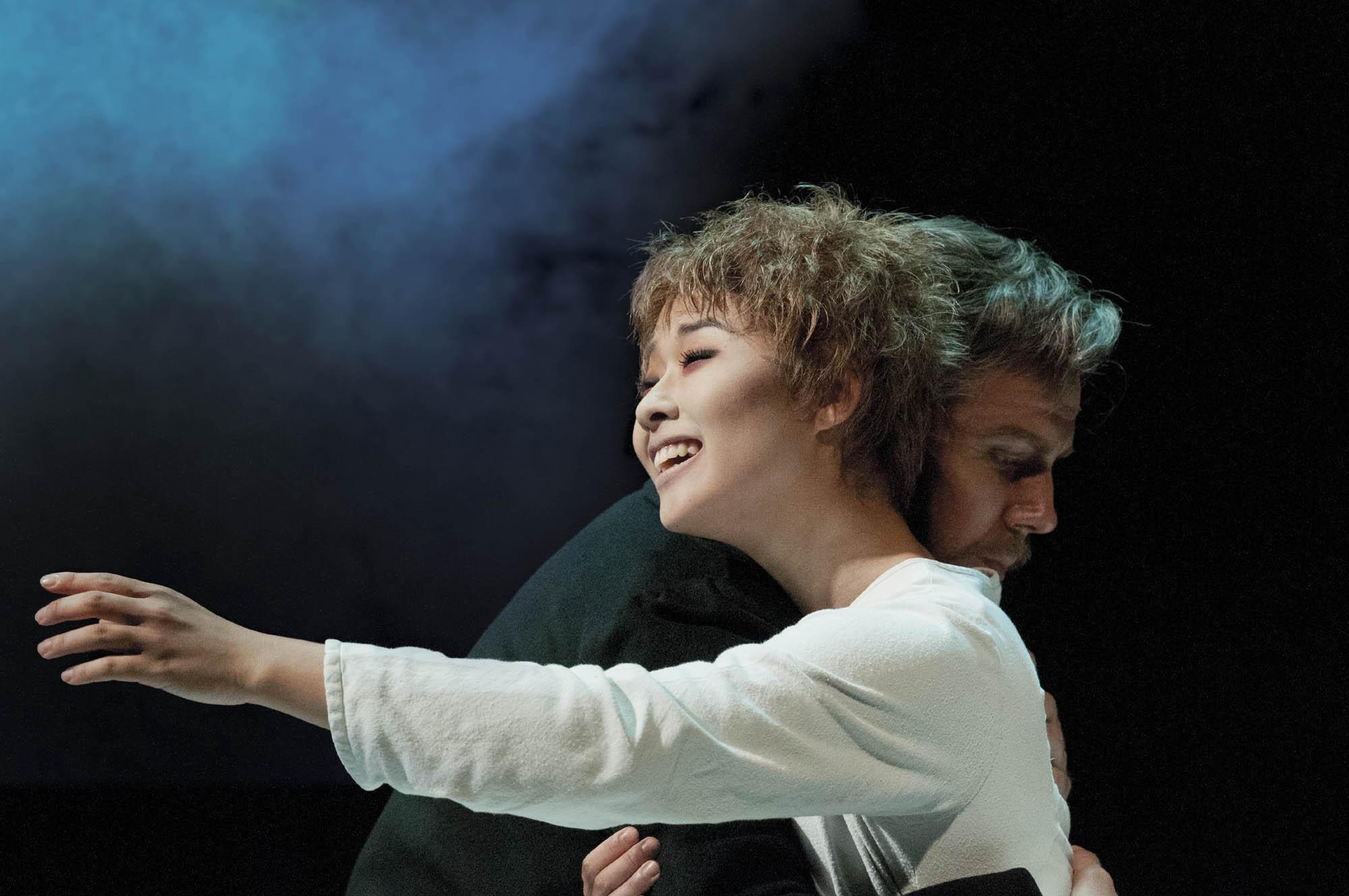 Les Miserables Na-Young Jeon (Fantine) & Daniel Koek (Valjean) 08.13 DSC_8612 Photo Michael Le Poer Trench Copyright CML_용량줄임