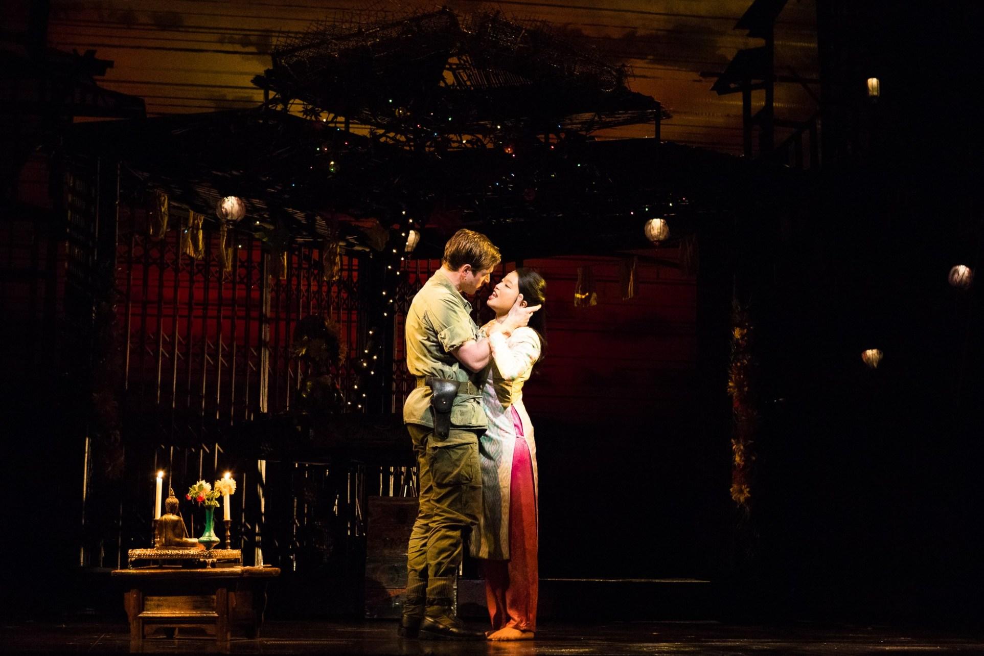 """Sooha Kim und Ashley Gilmore in """"Miss Saigon"""" Bild: Michelle BrŸgger"""