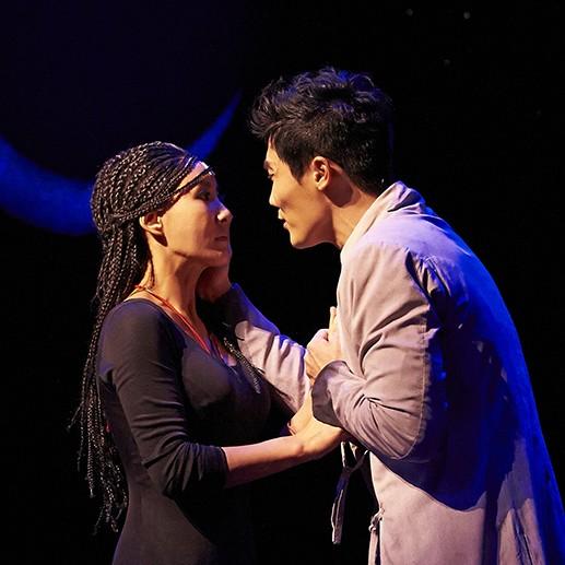 이루어질 수 없는 사랑을 노래하는 라다메스(김우형)와 아이다(윤공주)